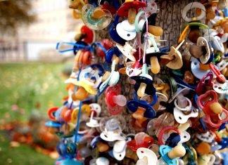 Das Titelbild basiert auf: Schnuller-Spenden-Baum 2. Autor: Zeitfixierer. Lizenz: CC BY-SA 2.0. Danke!