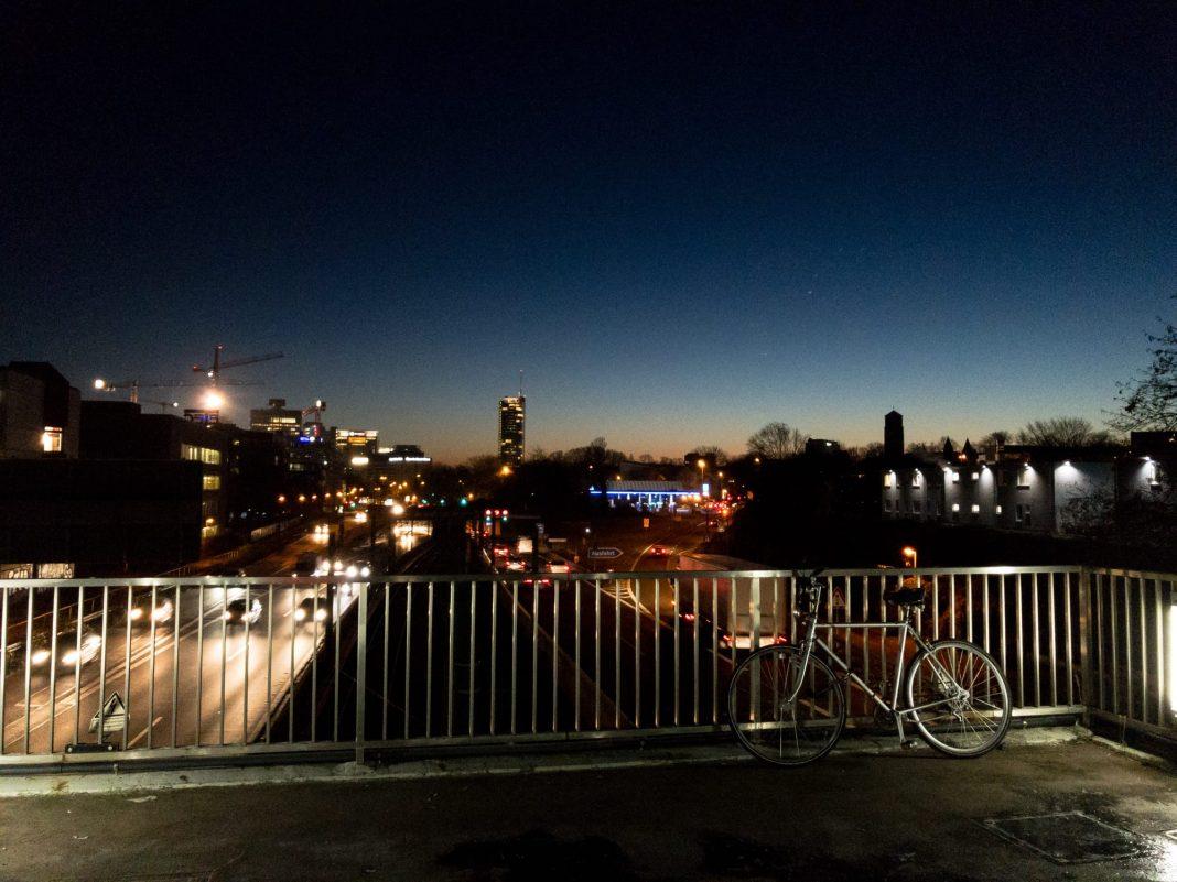 Foto: Sonnenaufgang über der A40 und einem Fahrrad
