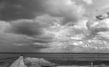 Foto: Bremerhaven, Wolken und zwei Fässer