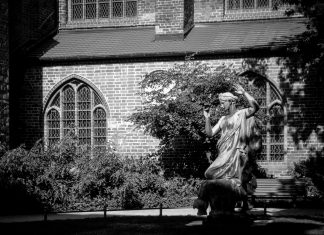 Foto: Statue an der Nikolaikirche in Berlin