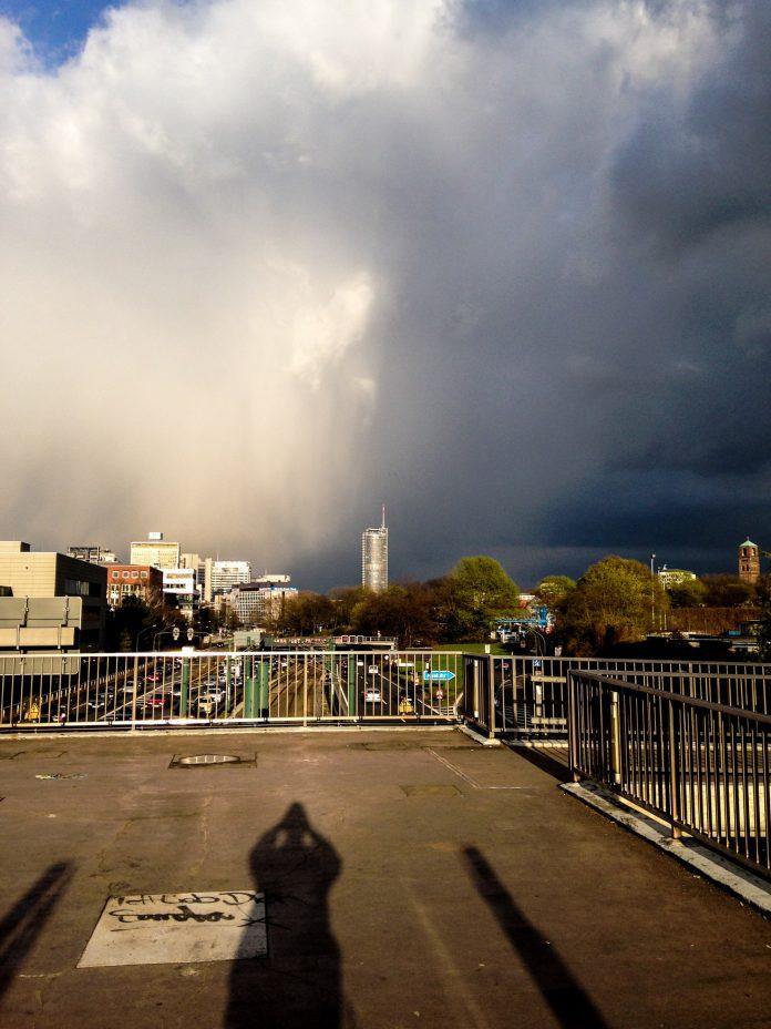 Foto: Essen, Turm, Wolken und ich. In Farbe.