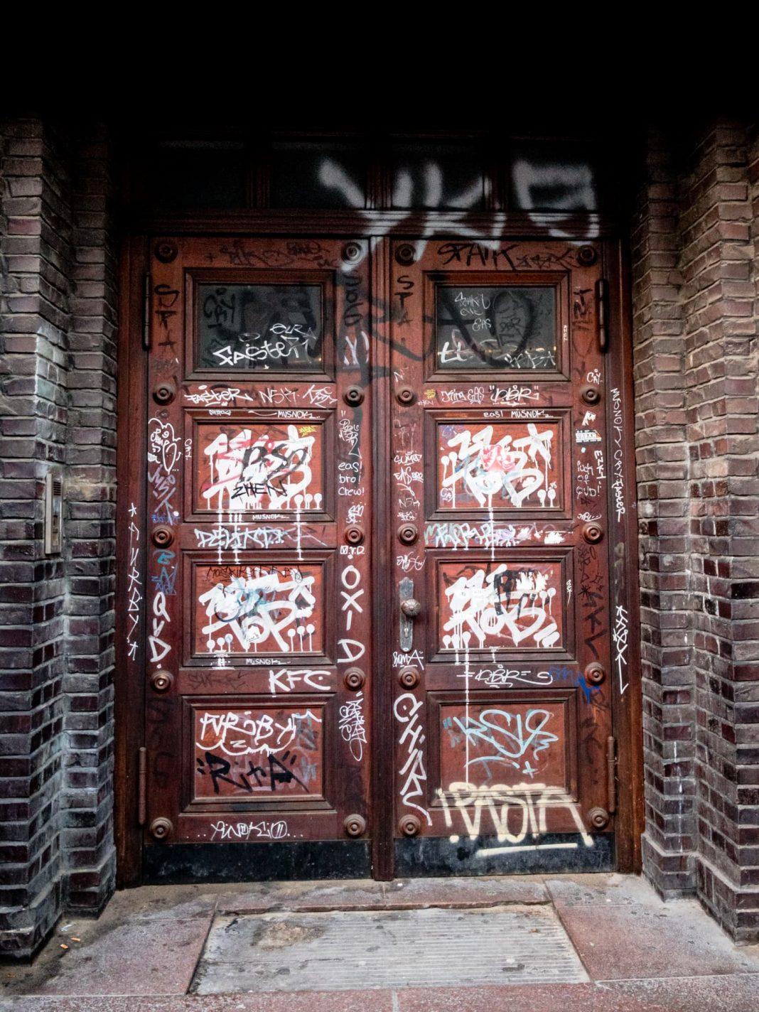 Foto: Eine zugeschmierte Tür in Kiel (diesmal in Farbe)