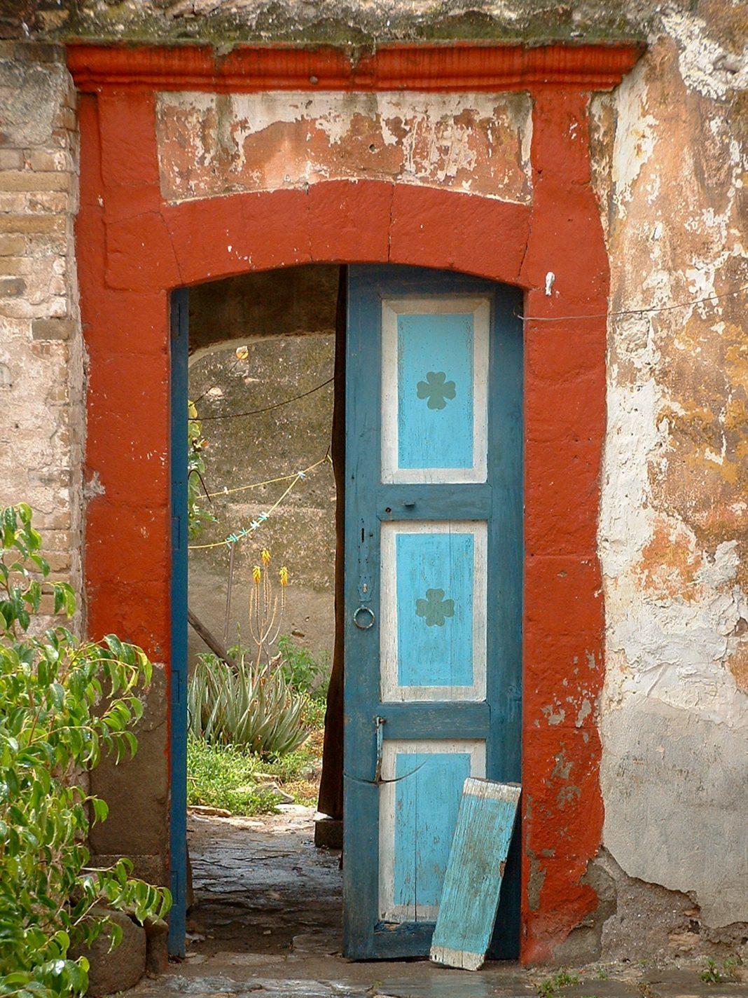 Foto: Alte bunte Tür in Cardonal