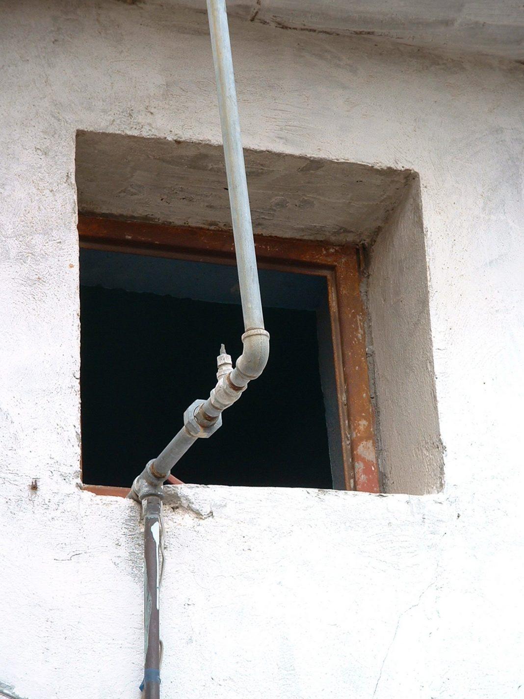 Foto: Fenster und Rohr