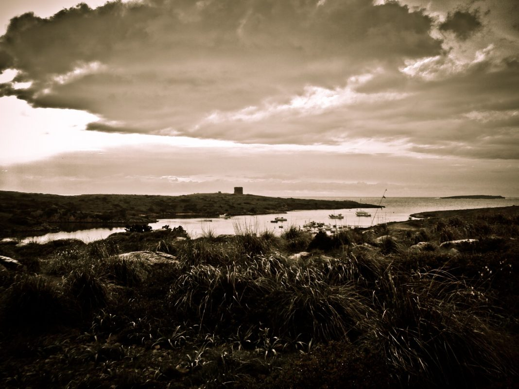 Foto: Torre de Sanitja mit Hafen auf Menorca