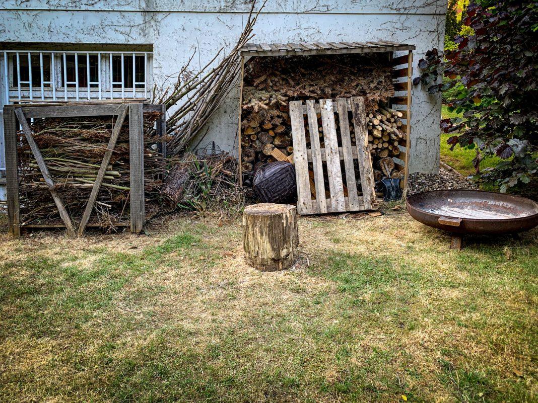 Foto: Holz vor der Hütte