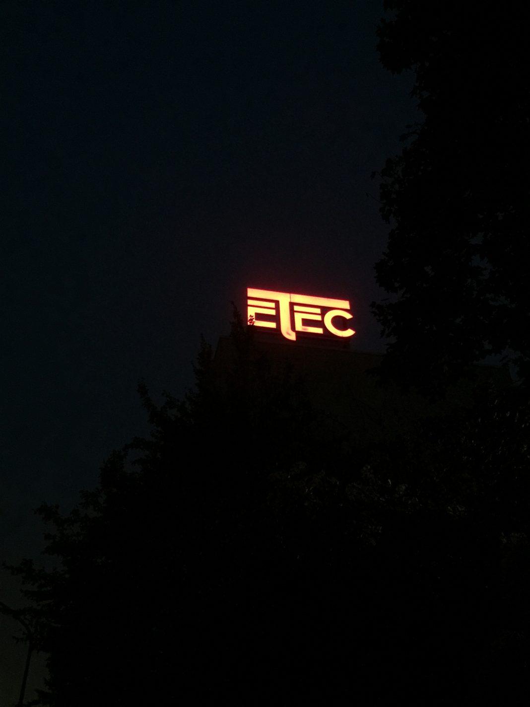 Foto: Leuchtendes ETEC-Logo