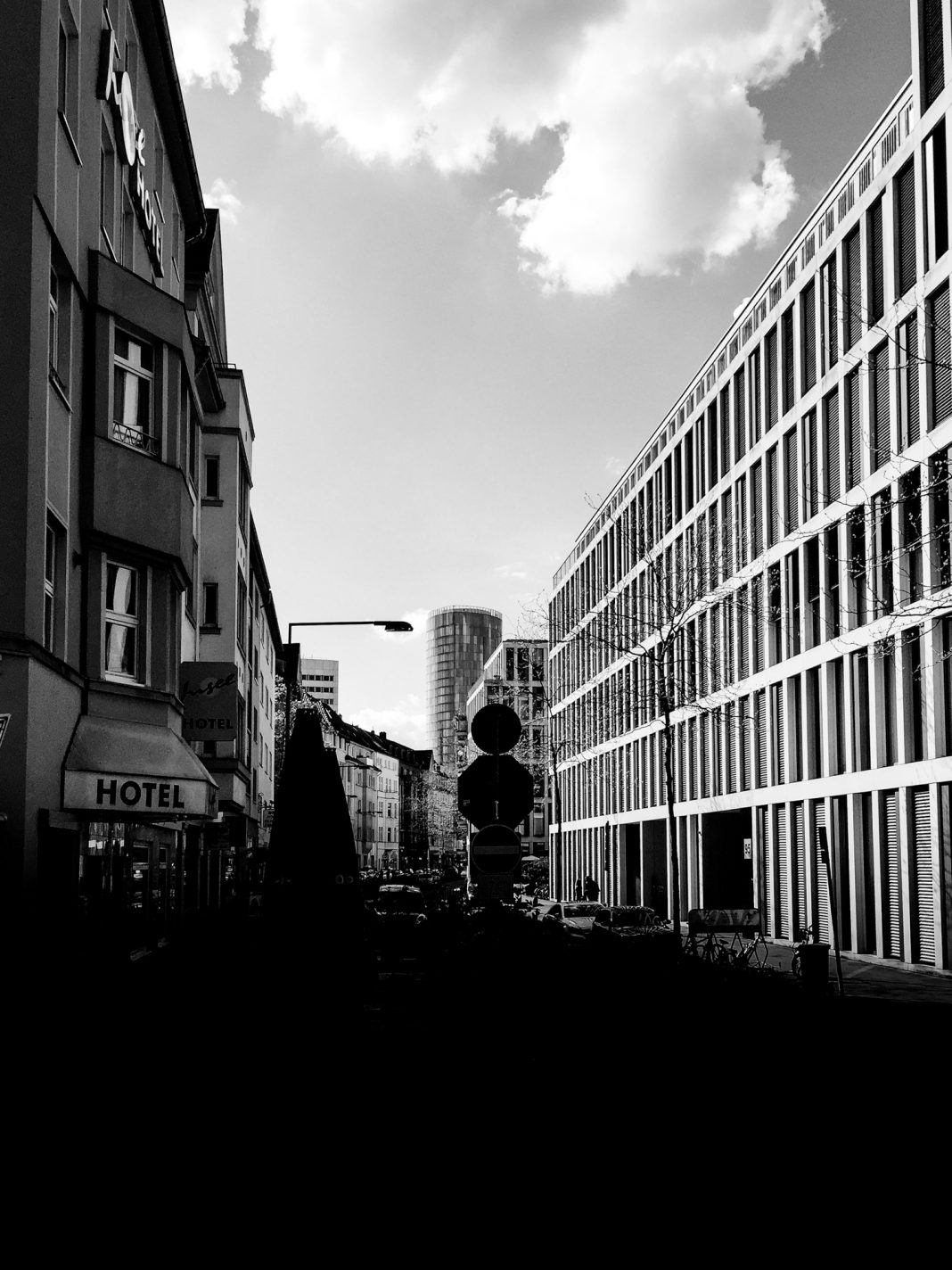 Foto: Kölntriangle durch die Constantinstraße gesehen